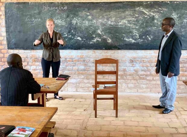 Kvindelig præst underviser i Burundi